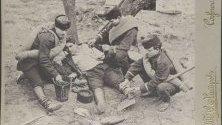 Снимка на възстановка на ампутацията на лявата ръка на Димитър Петков в Шипка