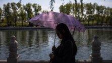 Жена край езерото Хухай в Бейжинг, Китай