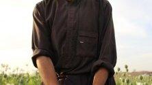 Афганистански фермер извлича суров опиум от макови пъпки в Хелманд, Афганистан.