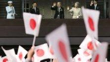 Японския император Акихито и императорското семейство поздравяват на гражданите. След 30 години от царуването си, Император Акихито ще абдикира на 30 април 2019 г. и синът му принц Нарухито ще се възкачи на трона на 01 май 2019 г.