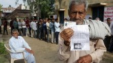 Индийски селянин, чакащ да направи своят избор на състоящите се избори. Днес започва фаза 1 на парламентарните избори в Индия