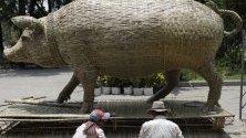 Камбоджанец прави скулптура прасе от бамбук за предстоящите празненства по случай Кхмерската нова година. Гражданите на Камбоджа празнуват Нова Година от 14 до 16 април и ще приветстват Годината на Свинята