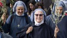 Монахини, държащи маслинови клонки, по пътя с към Маслиновата планина в Източен Йерусалим, откъдето е преминал Христос по пътя си към града. Честваме стартирането на Страсната седмица