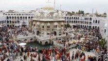 Сикхски поклонници посещават Gurdwara Panja Sahib, по време на празненствата на фестивала Байсакхи, в Хасанабдал, Пакистан, 14 април 2019 г. Хиляди сикхи от различни страни посещават светите си места в Пакистан, за да отпразнуват седмичния фестивал Байсакхи, който предвещава началото на Новата година на Сикха.
