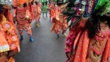 Бенгалски танцьори изпълняват танц Чау по време на карнавал във връзка със Световния ден на изкуството. Международната асоциация на изкуствата, избира рождения ден на Леонардо да Винчи като празник на изкуствата.