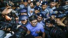 Журналистите на Ройтерс Уа Лон и Куан Съ О напускат съда в Янгон, Мианмар. Репортерите спечелиха наградата Пулицър за разследването си на убийствата на 10 мюсюлмани в щата Ракхайн, Мианмар, където намират масивен гроб с останките на мъжете. Декември 2017 са задържани и подведени под отговорност за притежание на класифицирани полицейски документи.