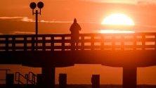 Слънцето изгрява над Балтийско море в Бинц, Германия.