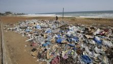Поглед към пластмасовите отпадъци на Южния плаж на Монровия, Либерия. Гъсто населените общности в Либерия и други части на западноафриканския регион няма изградена инфраструктура за справяне с екологичните проблеми.