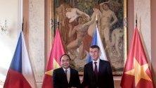 Чешкият министър Андрей Бабиш се ръкува с виетнамския министър председател Нгуен Пук преди дипломатическата им среща в Прага, Чехия
