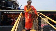 В залива на Тайланд се проведе сложна операция по спасяването на куче, пропаднало в нефтена платформа. На снимката откриваме щастливият завършек от акцията на тайландските работници.