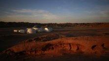 Поглед върху проект C – космос, която представлява симулационна база в пустинята Гоби в Китай. Официално проектът беше отворен вчера и цели да обучава и да предоставя място за млади и туристи, които биха желали да изпитат какъв би бил живота на планетата Марс.