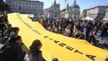 """Демонстрации в Рим, Италия във връзка с климатичните промени! Кадърът обхваща протестен знак с текст """"Климат: времената се променят! Време е за промяна!""""."""