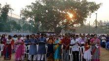 Членовете на християнската общност в Бангладеш присъстват на утринната молитва по време на Великденските празници в Дака, Бангладеш.