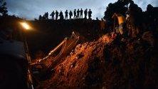 Пожарникари и членове на гражданската отбрана търсят оцелели след свлачището в село Портачуело, Колумбия. Според публикуваните данни около 19 човека са загинали, а около 5 са пострадали след като земята е погълнала домовете им.