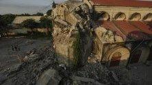 """Разрушената църква """"Св. Катрин Париш"""" в град Порак, Филипините поради земетресение с магнитуд 6.1 по Рихтер, което разтърси провинцията Панпанга на 22 април. Според данните 7 души за загинали, 81 са били ранени и 24 са в безизвестност."""
