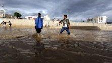 Наводнени улици и пътища след силните дъждове в Сана, Йемен.