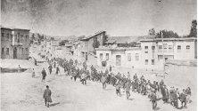 Арменско цивилно население, ескортирано от въоръжени османски войници през град Харпут (Харпет), към затвора в Мезире (днес Елязъг), април 1915 г.