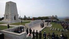 Турски войник обезопасява района по време на австралийската мемориална служба в Лоун Пайн в чест на битката на Галиполи на полуостров Галиполи, Турция. Церемониите на деня на Анзак в Галиполи се отбелязват в паметта на загиналите на 25 април 1915 г. по време на Първата световна война.