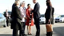 Херцогът на Кеймбридж Принц Уилям  и министър-председателят на Нова Зеландия Джакинда Ардерн се приветстват на летището в Нова Зеландия. Посещението е във връзка със стрелбите в две джамии в Крайстчърч на 15 март тази година, където повече от 50 души загубиха живота си.
