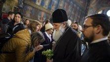 Православният вярващ целува ръка на българския патриарх Неофит по време на Разпети Петък в църквата Света Неделя в София, България, 26 април 2019 г.