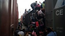 Мигрантите от Централна Америка се качват на влакови вагони, опитвайки се да стигнат до американската граница, Чиапас, Мексико.