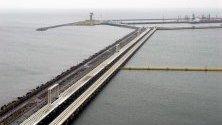 Пристанище за суров петрол, чрез който се доставя на полските рафинерии петрол от руския петролопровод Дружба, в Гданск, северна Полша. Според съобщения в медиите, доставката на петрол от Русия през тръбопровода Дружба е била прекъсната поради предполагаемо замърсяване на суровия петрол.