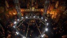 Православни поклонници държат свещи по време на православното великденско богослужение в манастир в Калиста, Струга, Северна Македония.