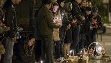 Вярващите правят линия, за да осветят своите великденски хлябове по време на православните Великденски празници в църквата Арменско гробище в Кишинев, Молдова, 28 април 2019 г. Източноправославният свят празнува Великден според стария юлиански календар.