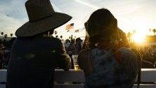 Две жени гледат към слънцето по време на Фестивала на сцената 2019 в Индио, близо до Палм Спрингс, Калифорния, САЩ, 27 април 2019 г. Фестивалът се провежда от 26 до 28 април 2019 година.