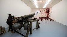 """Произведението """"Стрелба в ъгъла"""" на британо-индийския художник Аниш Капур в Сантяго, Чили. А. Капур откри изложбата `Surge` в Сантяго."""