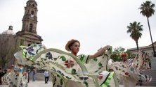 Стотици участват в масовия парад 'Baile Usted' (Ти танцуваш), за да отбележат Международния ден на танците, в Гвадалахара, Мексико.