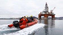 """Фотографска снимка, предоставена от Грийнпийс, показва активисти на околната среда в надуваема лодка, която се приближава до петролната платформа West Hercules в Хамърфест, Норвегия, 29 април 2019 г. Екологичната организация """"Грийнпийс"""" е предприела действия срещу нефтената платформа West Hercules, която ще пробива за компания Екуинор в Баренцово море."""
