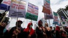 """Индонезийски работници по време на митинг """"Майски ден"""" в Джакарта, Индонезия.Хиляди индонезийски работници призовават правителството да повиши минималните заплати и да подобри условията на труд ."""