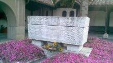 """Гробът на Гоце Делчев в двора на църквата """"Св. Спас"""" в Скопие."""