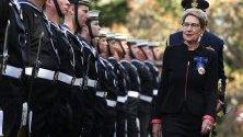 Губернаторът на Нов Южен Уелс -Маргарет Бийзли  инспектира гвардейците в дома на правителството след като положи клетва като 39-ти управител на Нов Южен Уелс в правителствената къща в Сидни, Нов Южен ,Австралия.