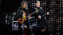"""Вокалистът на американския хеви метъл Metallica Джеймс Хетфийлд и китаристът Кърк Хамет свирят бантата им Металика на стадиона """"Рестело"""" в Лисабон, Португалия, 01 май 2019 година."""