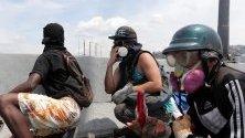 """Демонстранти участват в протест в Каракас, Венецуела, на 1 май 2019 г., ден след като членовете на опозицията се сблъскаха с правителствени сили. Според медиите ръководителят на венецуелския парламент Хуан Гуайдо нарича днес """"всички Венецуела на улиците"""", за да продължи с """"Операция Либертад"""" (операция за свобода), надявайки се, че президентът Никола Мадуро ще напусне властта."""