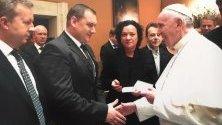 Ивелина Василева и Павел Гуджеров подариха на папа Франциск Червената книга
