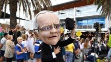 Протестиращ облечен като премиера на Австралия Скот Морисън, участва в митинг относно бездействието срещу климатичните промени пред кабинета на премиера Скот Морисън в Кронула, Сидни, Австралия.