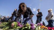 Украинците полагат цветя по време на церемония по случай петата годишнина от трагедията близо до сградата на синдикатите в Одеса, Украйна. Най-малко 31 души загинаха при пожар, който избухна по време на сблъсъци между про-украински и проруски протестиращи в Сградата на синдикатите в Одеса.