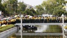 Тайландските доброжелатели вървят, преди да почетат тайландския крал  Маха Ваджиралонгкорн Бодиндадебаяварунгкун по време на церемонията по коронацията  извън Големия дворец в Банкок, Тайланд.