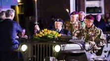 Рей Лорд пристига с огъня на освобождението на площад 5 май в Вагенинген, Холандия, 05 май 2019 г.