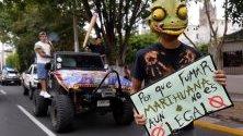 Колумбийци участват в митинг за легализация на канабиса и свободното отглеждане на растението по време на Световния март на марихуаната в Гвадалахара, Мексико.