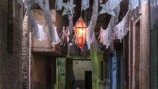 Подготовка на празненствата преди свещения месец Рамадан в Ал Барагел, Кайро, Египет. Мюсюлманите по света празнуват свещения месец Рамадан, като се молят през нощта и се въздържат от ядене , пиене и сексуални действия ежедневно между изгрев и залез.
