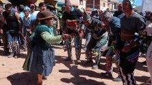 Боливийски празнуват по време на традиционната фиеста де ла Крус в Сан Педро де Мача, Боливия. Ставаме свидетели на традиция, която датира от преди инките.