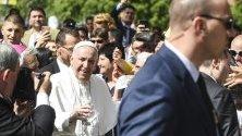 """Папа Франциск пристига на Светата литургия с първите причастия на около 250 деца в католическата църква """"Свето сърце"""" в Раковски, България, 06 май 2019 г."""