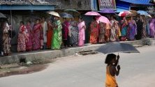 Индийските гласоподаватели чакат да гласуват на избирателна секция по време на петата фаза от общите избори в Индия в село Халисахар, северно от Колката, Източна Индия, 06 май 2019 г. Индийските многофазни избори, които започнаха на 11 април 2019 г., ще се проведат в седем фази в цяла Индия и резултатът ще бъде обявен на 23 май.