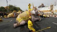 Слонове, боядисани в бяло, се покланят на краля Маха Бодиндрадебаяварунгкун след възсядането му на трона след церемонията по коронацията в Големия дворец в Банкок, Тайланд.