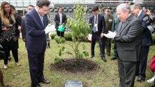 Южнокорейският министър-председател Лий Нак-йон засажда възпоменателно дърво с колумбийския министър на отбраната Гилермо Ботеро в рехабилитационен център в Богота, Колумбия.