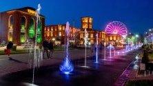 Вечерно шоу на фонтаните в близост до търговски център и културен център Manufaktura в Лодз, Полша.